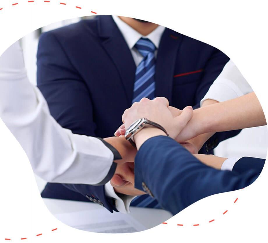 Συνεργάτες δίνουν τα χέρια τους σε εταιρικό ταξίδι από την easyguide