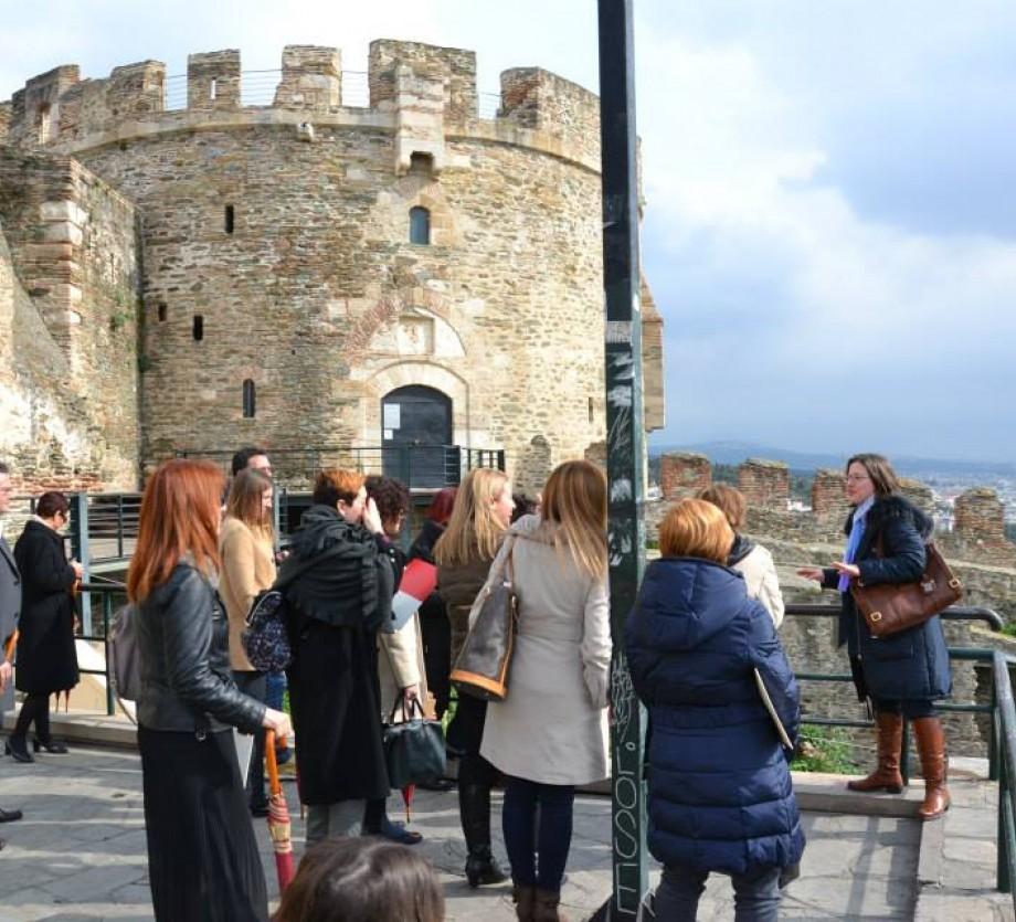Ομάδα κάνει ξενάγηση στα κάστρα Θεσσαλονίκης