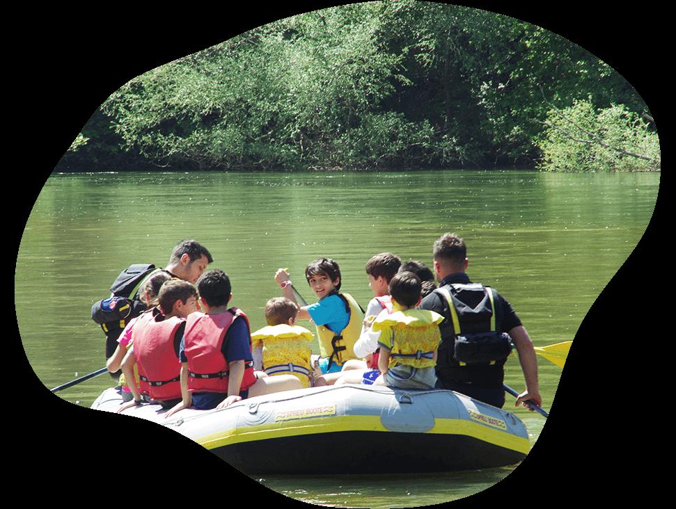 Ομάδα παιδιών κάνει βόλτα σε ποταμό με οδηγούς από την easyguide
