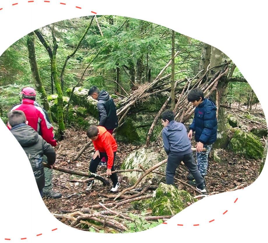 Παιδιά κάνουν ορειβασία με οδηγούς από την easyguide